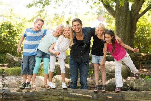 Leinwand Poster Kinder mit Lehrer auf dem Spielplatz