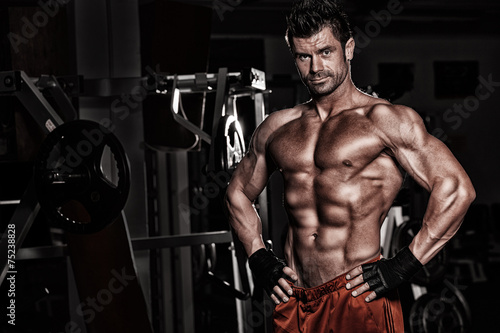 Bodybuilder posing in the gym Plakat