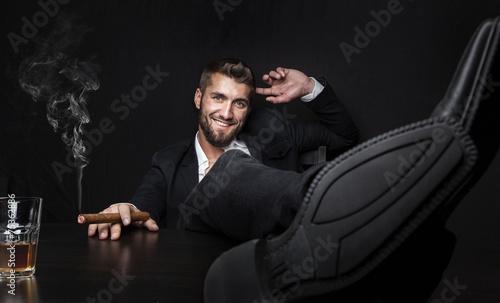 Obraz na plátně  Attraktiver Mann mit Zigarre und Whiskey