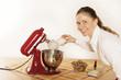 Junge Frau beim Backen mit Küchenmaschine