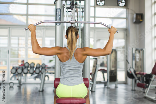 Foto op Plexiglas Fitness Pretty young woman training in the gym