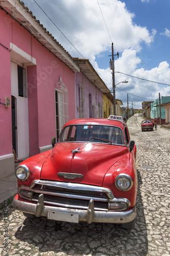 klasyczny-amerykanski-czerwony-samochod-w-trinidad-kuba