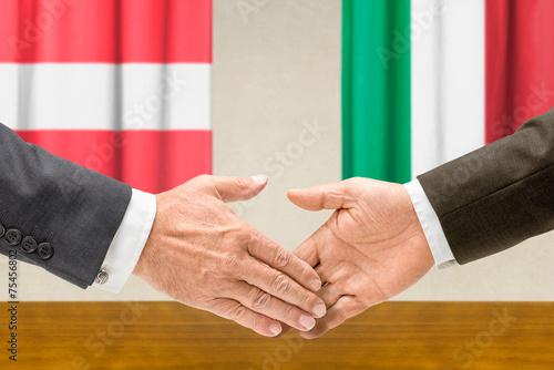 Fotografía  Vertreter Österreichs und Italiens reichen sich die Hand