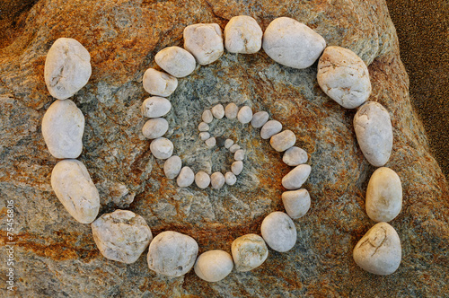 Foto op Plexiglas Spiraal Esoterische Doppelspirale aus Kieselsteinen