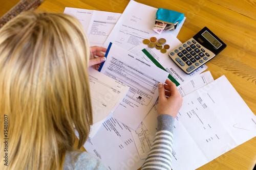 Photo Frau mit Schulden und Rechnungen