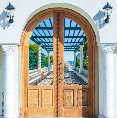 Plakat w ramie open door arch with access to the alley