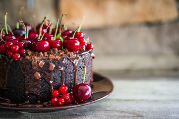 Čokoladna torta s višnjama na drvenoj podlozi