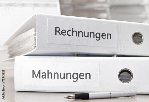 Fotografía  Rechnungen und Mahnungen in Aktenordnern