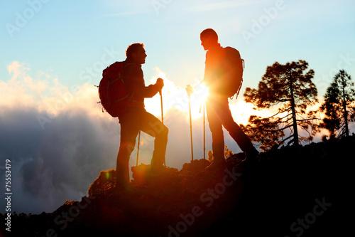 Photo  Hiking couple looking enjoying sunset view on hike