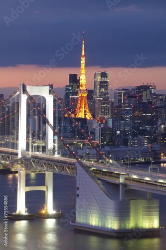 widok-tokio-zatoka-teczowy-most-i-tokio-wierza-punkt-zwrotny