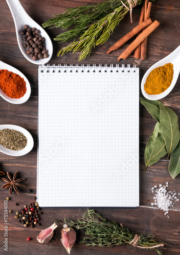 Fotografía  Fresh herbs, different spices notebook on the table