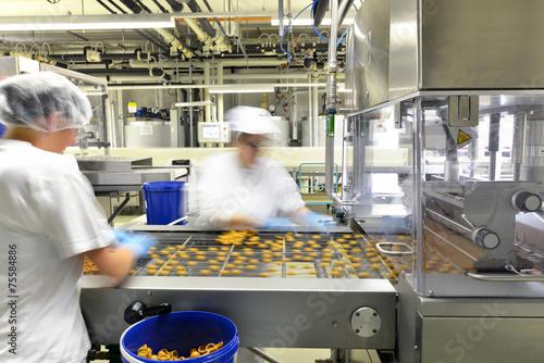 Staande foto Industrial geb. Lebensmittelindustrie Pralinenfertigung // Food Industry