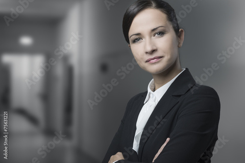 Fototapety, obrazy: Confident business woman smiling with arms crossed