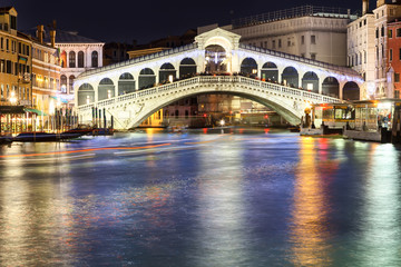 Obraz na Szklerialto bridge in venice at night