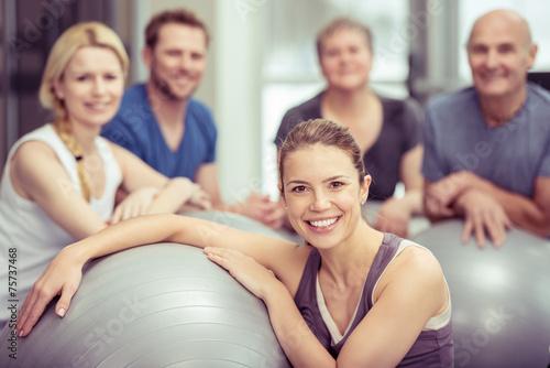 gruppe trainiert mit gymnastik-bällen