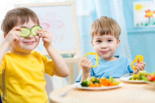 Photo  kids eating in kindergarten