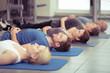 canvas print picture - männer und frauen praktizieren entspannungsübungen
