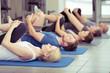 Leinwandbild Motiv gruppe macht dehnübungen im fitness-center