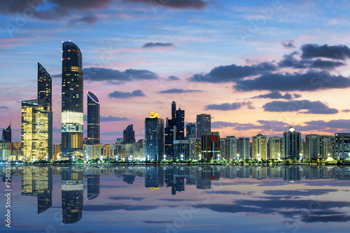 Spoed Foto op Canvas Abu Dhabi View of Abu Dhabi Skyline at sunset