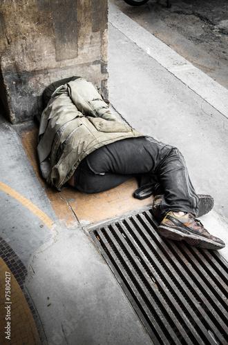 Fotografie, Obraz  senzatetto sdraiato per terra che dorme