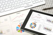 ビジネスイメージ―会議用資料とタブレット