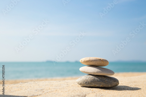La pose en embrasure Detente Stones balance, pebbles stack on sea sand beach