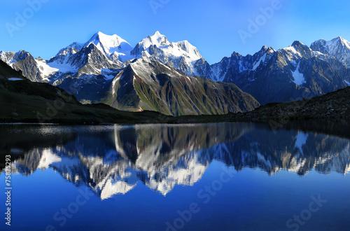 Fotografía г.Белуха (4506 м.) отражается в оз.Равновесия (на 2400 м.)