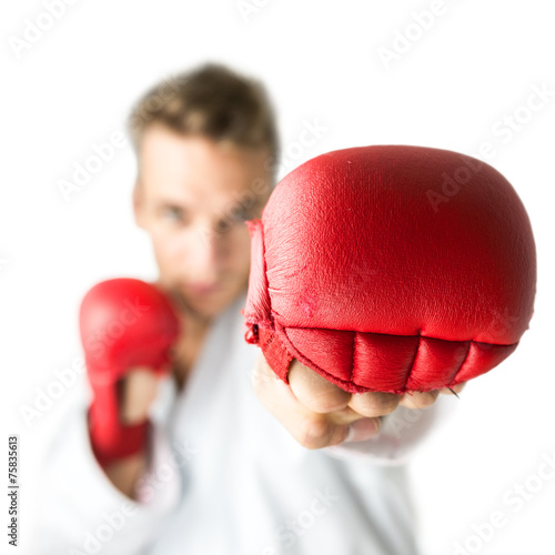 Photo  Kickboxer with red boxing gloves performing a martial arts punch
