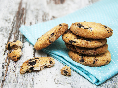 Foto op Canvas Koekjes Chocolate cookies on wooden table