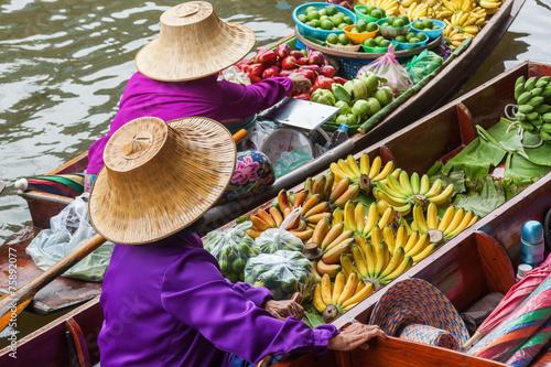 na-plywajacym-rynku-damnoen-saduak-w-tajlandii