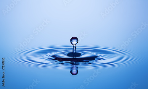 Fototapety, obrazy: Water drop close up