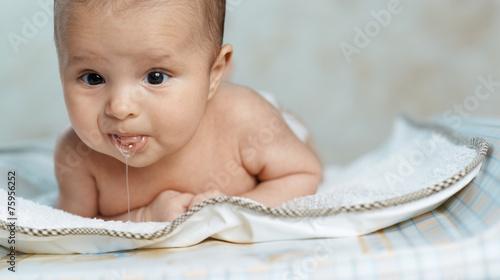 Valokuvatapetti little beautiful baby drools