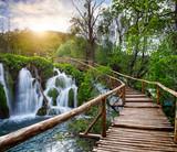 Piękny widok na wodospady w Parku Narodowym Jezior Plitwickich. - 75972056