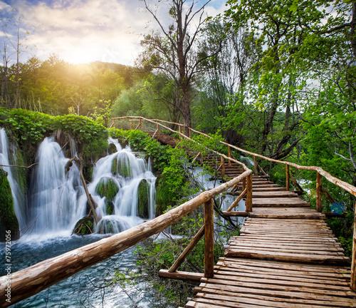 piekny-widok-na-wodospady-w-parku-narodowym-jezior-plitwickich