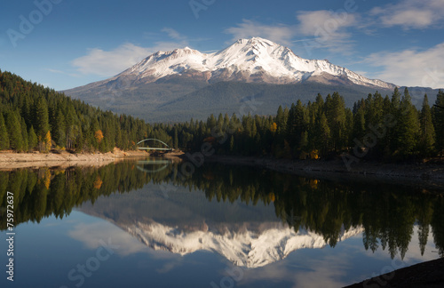 Tuinposter Bergen Mt Shasta Reflection Mountain Lake Modest Bridge California