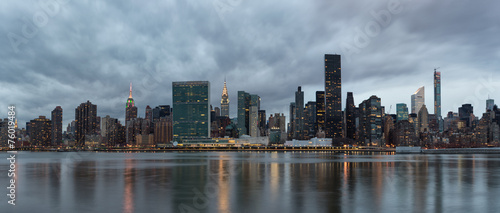 Photo  Dramatic sky over Manhattan and East River.