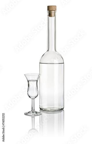 Spirituosenflasche und hohes Klechglas mit klarer Flüssigkeit Fototapeta