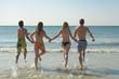 Jugendliche laufen in Wasser Nordsee
