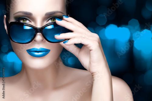 Fotografía  Colorful Makeup. Fashion Model Woman in Blue Oversized Sunglass