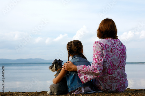 Fotografie, Obraz  mother and child sitting embracing on the beach