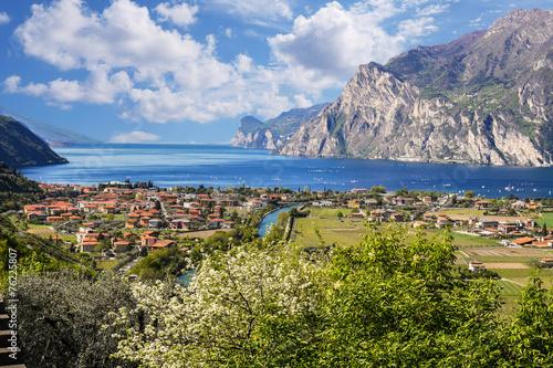Fotografía  Maravillosa vista al lago Garda, Italia