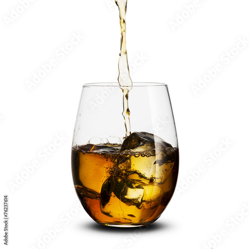 szklanka-whisky-z-kostka-lodu