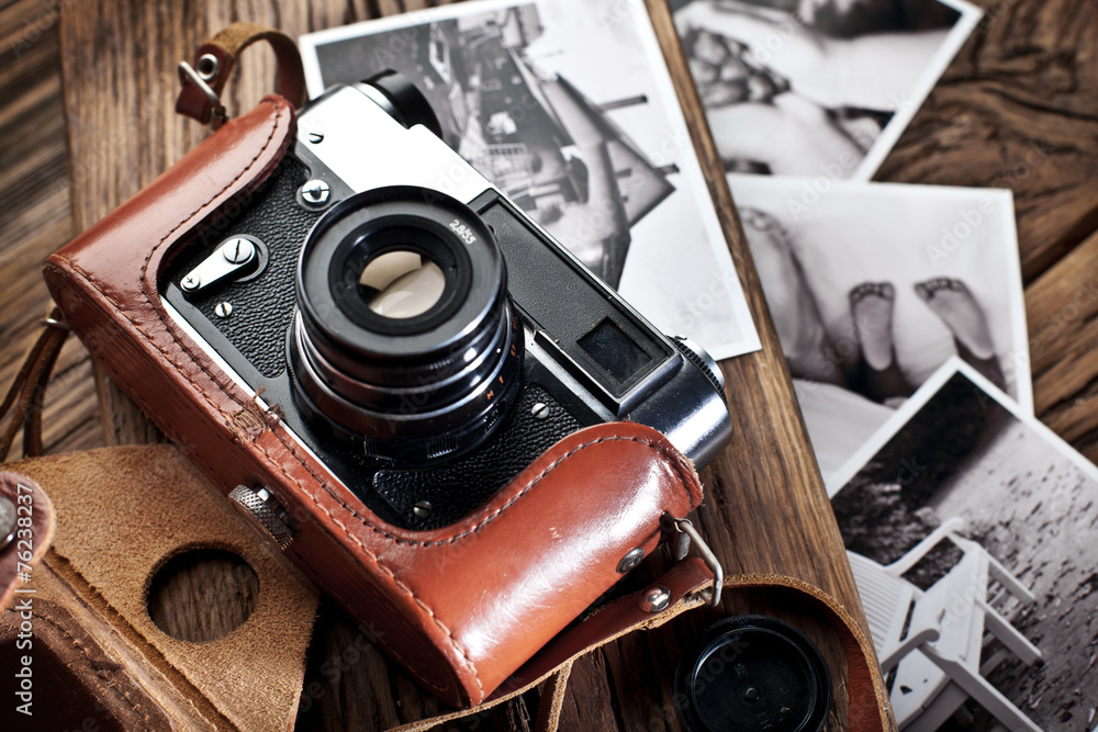 Fototapety, obrazy: Old rangefinder camera and black-and-white photos.