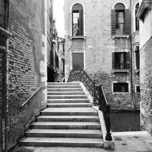 Brücke über Kanal in Venedig #76252877
