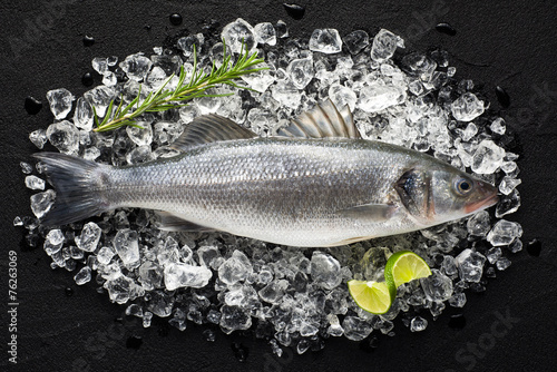 Fotobehang Vis Fresh fish on ice on a black stone table top view