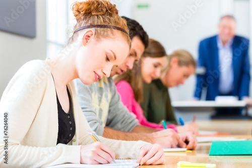 Foto  Universität Studenten schreiben Test-Examen