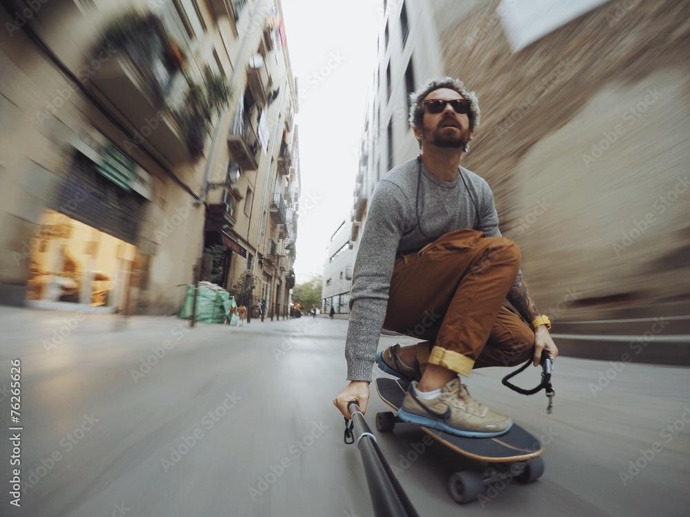 Photo  Man rides through city on skateboard