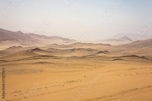 Fotografering  Perù: Riserva di Paracas, il deserto. Nebbia all'orizzonte