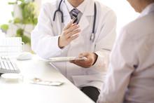 患者に説明をする医師