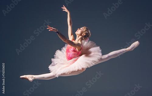 piekny-zenski-baletniczy-tancerz-na-szarym-tle-balerina